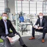 Johann Moser, Vice Presidente Senior de Tecnologia Estratégica na Voith Paper, e Dominik Broellochs, Gerente do Grupo de Sustentabilidade da Optima