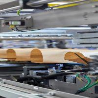 Innopack Kisters WSPP A: além de processar embalagens mais comuns, como papelão envolvente, bandeja, almofada e filme, a máquina combinada Innopack Kisters WSPP A também pode embalar latas em papel